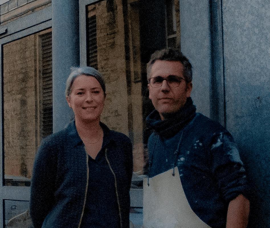 Portrait d'Erwan et Emilie devant l'atelier d'urnes funéraires